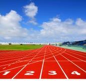 Voie courante de sport avec le ciel bleu Image libre de droits