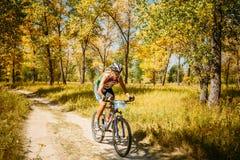 Voie d'équitation de cycliste de vélo de montagne au jour ensoleillé Image libre de droits