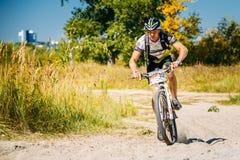 Voie d'équitation de cycliste de vélo de montagne au jour ensoleillé Photographie stock libre de droits