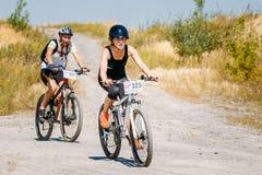 Voie d'équitation de cycliste de vélo de montagne au jour ensoleillé Image stock