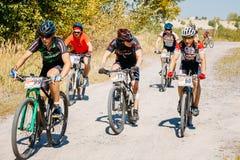 Voie d'équitation de cycliste de vélo de montagne au jour ensoleillé Photos stock