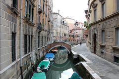 Voie d'eau étroite à Venise Italie image stock