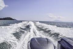 Voie d'eau après le hors-bord passant par photos libres de droits
