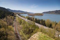 Voie d'eau, chaussée, et chemin de fer sur la gorge de Colombie Images stock
