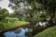 Voie d'eau et cottage dans le village aux Pays-Bas Image stock