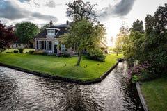 Voie d'eau et cottage dans le village aux Pays-Bas Image libre de droits