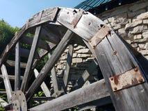 Voie d'eau et roue pour l'arrosage des fermes et des abords photographie stock