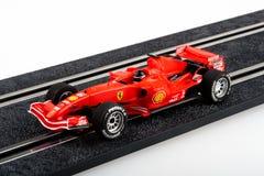 Voie d'emballage de voiture de course miniature avec la voiture rouge de Formule 1 Images libres de droits