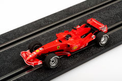 Voie d'emballage de voiture de course miniature avec la voiture rouge de Formule 1 Photo stock