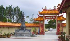 Voie de base et stupa dans le temple de Sam Poh près de Brinchang Images stock