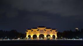 Voie de base de Liberty Square de Chiang Kai-Shek Memorial Hall la nuit à Taïpeh, Taïwan banque de vidéos