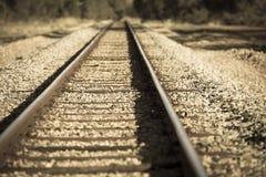 Voie de chemin de fer à distance dans le pays brouillé Images stock