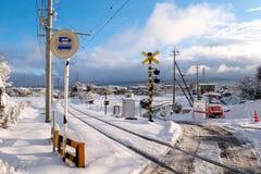 Voie de chemin de fer pour le train local avec la chute blanche de neige photo libre de droits