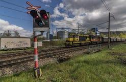 Voie de chemin de fer près jour ensoleillé de station de Kostov de beau au printemps Photo libre de droits