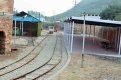 Voie de chemin de fer allant à l'intérieur de la mine de sel du khewara Photos libres de droits