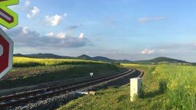 Voie de chemin de fer en montagnes de Bohème centrales, République Tchèque banque de vidéos
