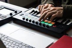 Voie de enregistrement de musique électronique avec le clavier portatif du Midi sur l'ordinateur portable dans le studio à la mai Image libre de droits