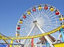 Voie de Ferris Wheel et de montagnes russes Photographie stock