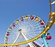 Voie de Ferris Wheel et de montagnes russes Photos libres de droits