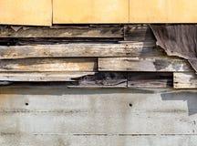 Voie de garage d'amiante tombant à part devant vieillir images libres de droits