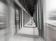 Voie de passage couvert de couloir brouillée par vitesse images stock
