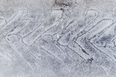 Voie de pneu sur la neige Protecteur sur la route de glace image stock