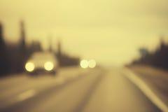 Voie de route et fond de phares de voitures brouillé Photos libres de droits