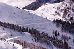 Voie de ski sur la pente de montagne neigeuse Photos stock