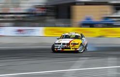 Voie de tour surmontée par BMW de marque de voiture de dérive Images libres de droits