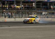 Voie de tour surmontée par BMW de marque de voiture de dérive Photos libres de droits