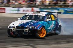 Voie de tour surmontée par BMW de marque de voiture de dérive Photos stock
