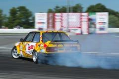 Voie de tour surmontée par BMW de marque de voitures de dérive Image libre de droits