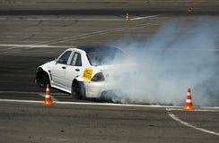 Voie de tour surmontée par Nissan de marque de voiture de dérive Image libre de droits