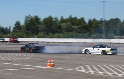 Voie de tour surmontée par Nissan de marque de voitures de dérive Photo libre de droits