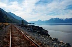Voie de train de l'Alaska par l'eau image libre de droits