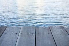 Voie en bois le long de rive Image libre de droits