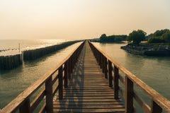 Voie en bois sur la mer Photographie stock