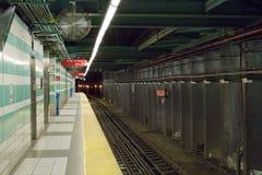 Voie et plate-forme de souterrain Photo stock