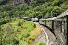 Voie ferrée et train de Flamsbana en Norvège reliant la ville de Flam et la station de Myrdal photographie stock