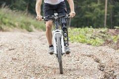 Voie handicapée de cavalier de vélo de montagne Image libre de droits