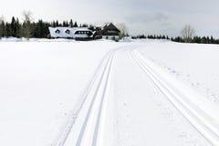 Voie, hiver et maison Photographie stock libre de droits