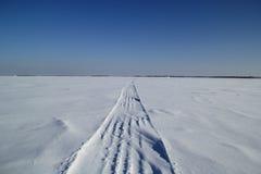 Voie par la région sauvage neigeuse Photos libres de droits