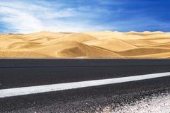 Voie par le désert Photo stock