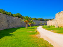 Voie piétonnière autour de vieille ville de Rhodes Photographie stock libre de droits