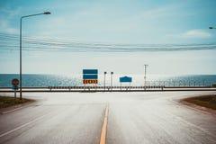 Voie pour bicyclettes avec le point de vue de paysage marin de la route le long de la mer chez Kung Wiman Bay images libres de droits