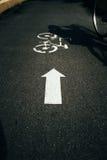 Voie pour bicyclettes avec le signe de bicyclette Photos libres de droits