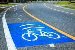 Voie pour bicyclettes et ruelle courante en parc pour l'exercice et sain Image libre de droits
