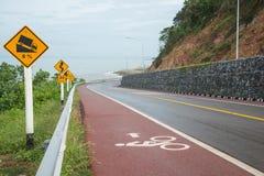 Voie pour bicyclettes sur le bord de la mer et la montagne Image stock