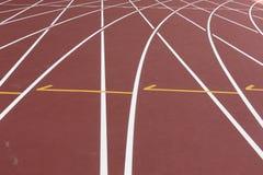 Voie rouge de sport pour courir sur le tir de stade sur le tour Concept sain courant de mode de vie Folâtre l'abrégé sur fond photographie stock