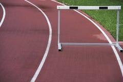 Voie sportive courante avec l'obstacle, mauvais temps, humide image libre de droits